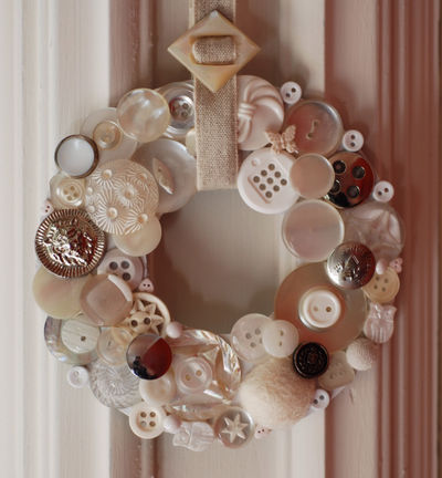BT4 white button wreath
